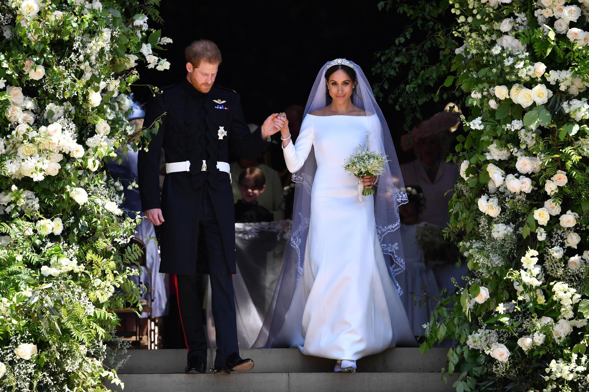 Das Brautkleid in seiner vollen Pracht: klare Linien, lange Ärmel, ein U-Boot-Ausschnitt und ein langer, bestickter Schleier.