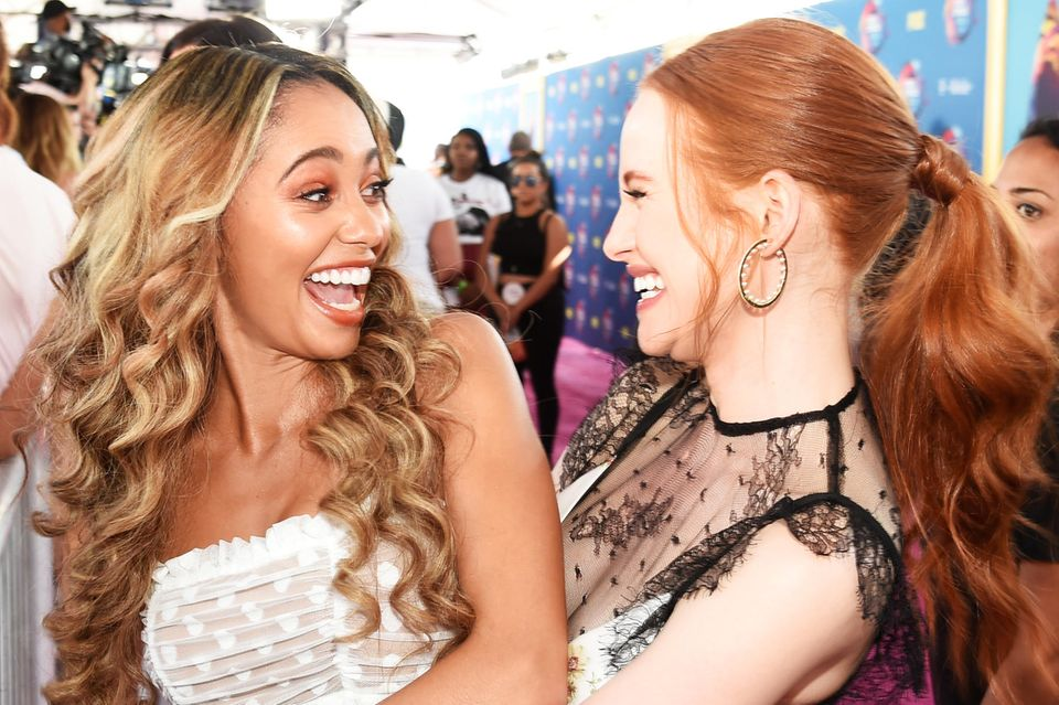 """Die """"Riverdale""""-Stars Vanessa Morgan und Madelaine Petsch gehören zu den Gästen der """"FOX's Teen Choice Awards"""" und bringen jede Menge gute Laune auf den roten Teppich in Inglewood."""