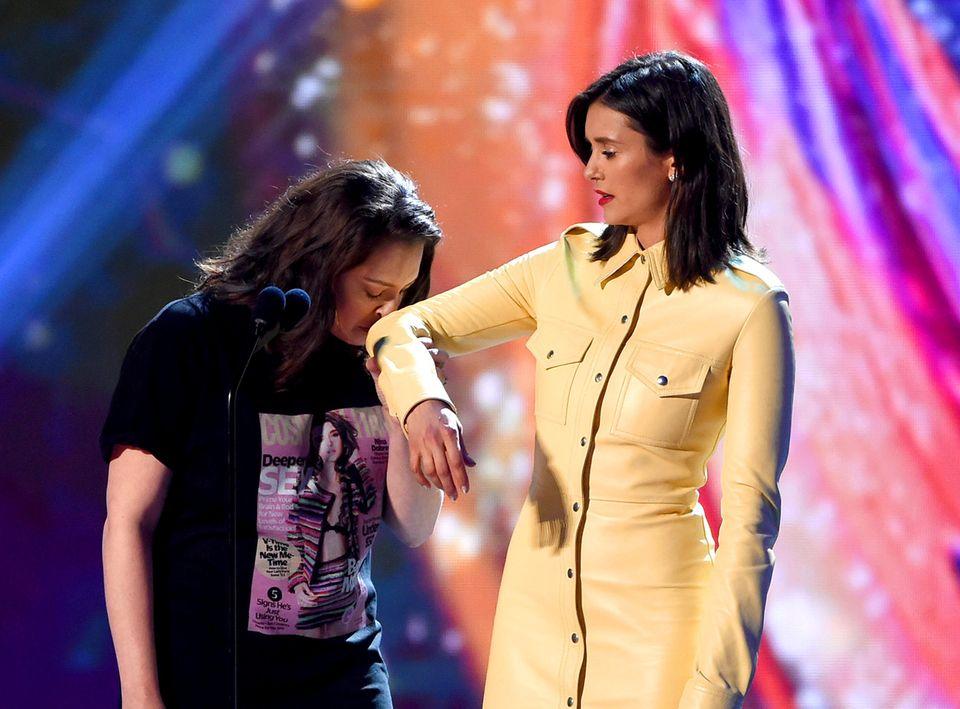 Nanu, was machen denn Rachel Bloom und Nina Dobrev da? Auf jeden Fall gestalten sie ihren Auftritt an diesem Abend sehr lustig.