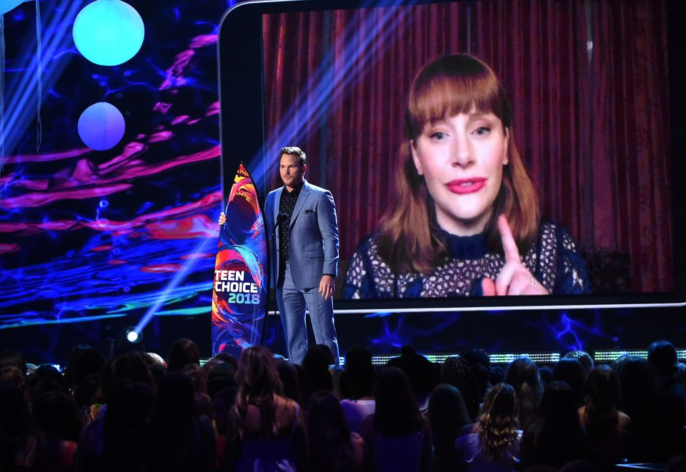 """Chris Pratt und die per Video zugeschalteteBryce Dallas Howard nehmen den Preis als """"Beste Sommerfilm-Darsteller"""" für ihre Darstellung in """"Jurassic World"""" entgegen."""