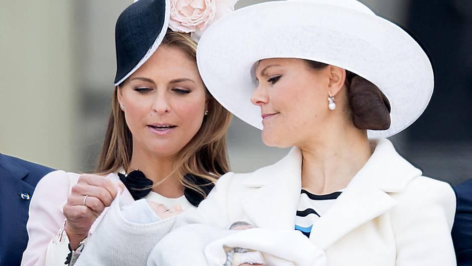 Prinzessin Madeleine, Prinzessin Victoria mit Prinz Oscar auf dem Arm