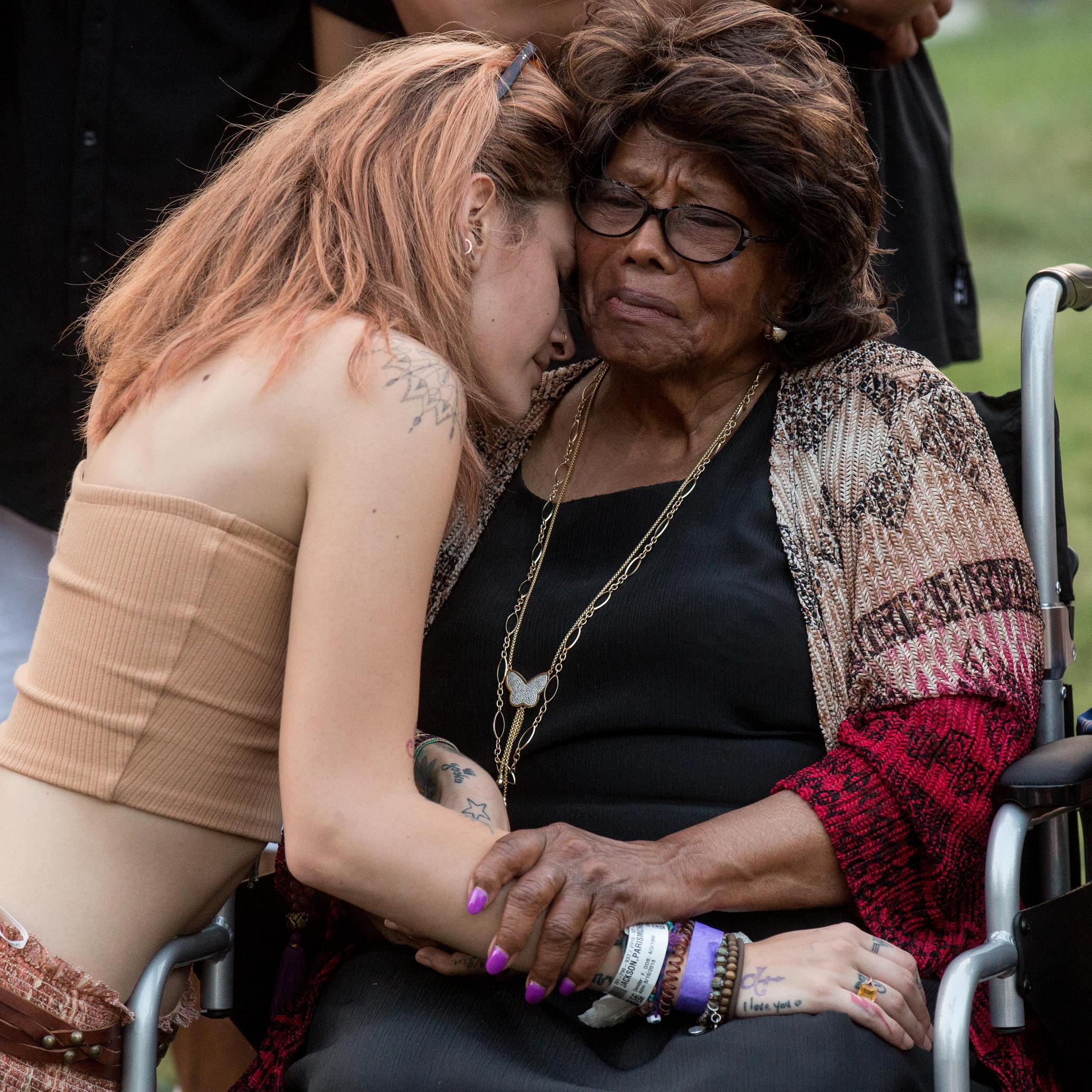 Sichtlich gerührt: Oma Katherine Jackson und Paris Jackson