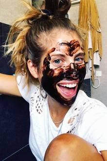 Schlamm drüber! Cathy Hummels gönnt ihrer Haut eine reichhaltige Gesichtsmaske und hat sichtlich Spaß an ihrem Beauty-Programm.