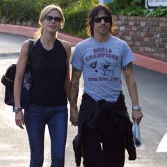 """Heidi Klum & Anthony Kiedis: Rock'n'Roll  Während ihrer Zeit mit""""Red Hot Chili Peppers""""-Frontman Anthony Kiedis entdeckt Heidi Klum (zum ersten Mal)ihre rockige Seite. Die beiden daten 2002 kurz und zeigen sich in Jeans und dunklen Farben, dazu tragen sie coole Sonnenbrillen."""