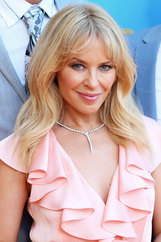 """Auch für Sängerin Kylie Minogue gilt """"Diamonds are a girl's best friend"""". Sie trägt die wertvolle Kette von Bulgari - ebenso wie Lena Gercke und Rebecca Mir - zu einem Outfit, welches das Schmuckstück perfekt in Szene setzt."""