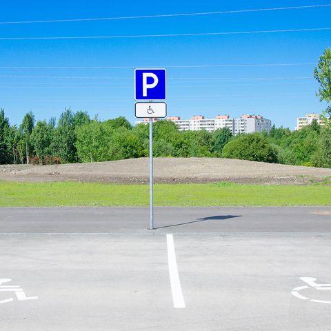 Parkplatz für Menschen mit Behinderung.