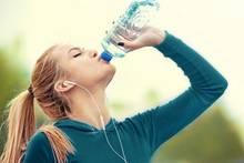 Experten warnen: Täglich zwei Liter Wasser zu trinken kann ungesund sein