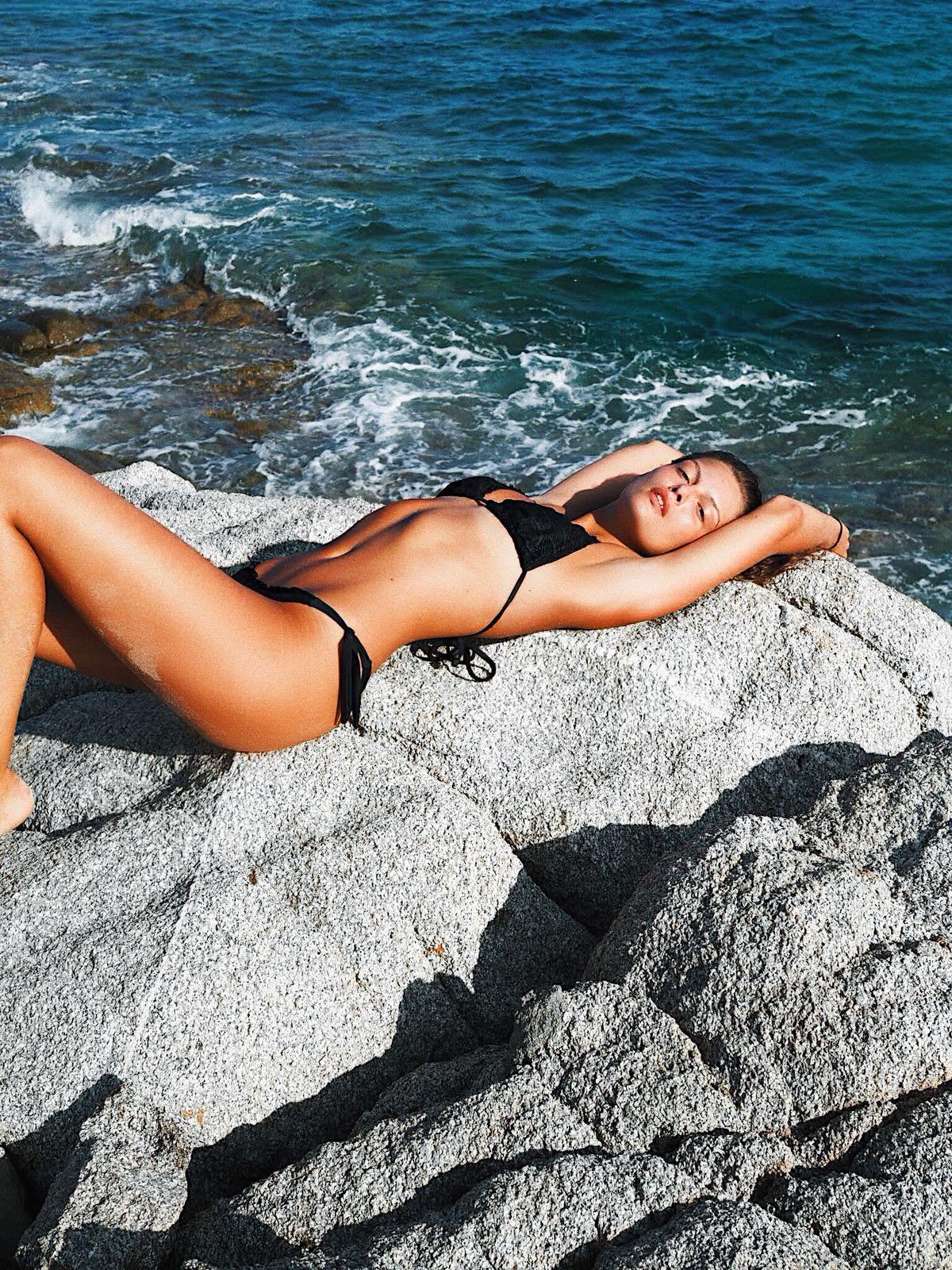 Schwarze Bikinis sind die Klassiker am Strand. Als Triangel-Modell wirken sie zarter, Bänder zum Binden sorgen für den perfekten Sitz.