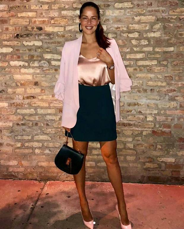 Sexy Kombination: Ana Ivanovic trägt zum dunklen Minirock ein rosefarbenes Seidentop und spitze Pumps. Die angesagte Chloé Drew Bag rundet ihren Look ab. Doch für welchen Anlass hat sich Ana so in Schale geworfen?