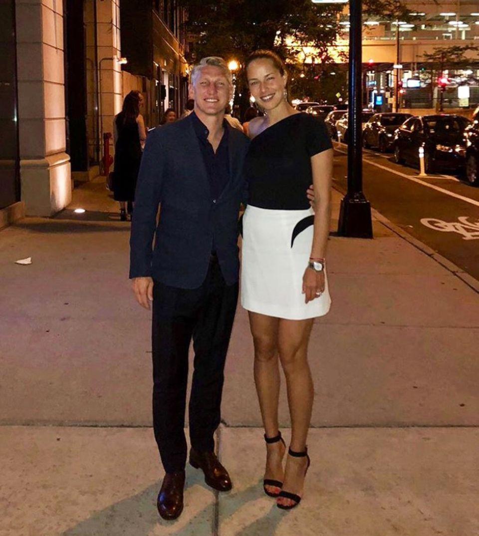 Eine Woche zuvor war ebenfalls Date Night angesagt. Ana Ivanovic und Bastian Schweinsteiger gönnen sich ab und zu ganz bewusst Zeit zu Zweit und testen sich durch die Restaurants Chicagos. An diesem Abend wählt Ana einen weißen Rock mit schwarzen Highlight und ein asymmetrisches Top. Auch Basti hat sich für seine Liebste schick gemacht.