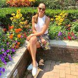 Sommer, Sonne, Sonnenschein Ana Ivanovic! Der ehemalige Tennisprofi genießt in einem bunten Volantrock und schlichtem Top das sommerliche Wetter.