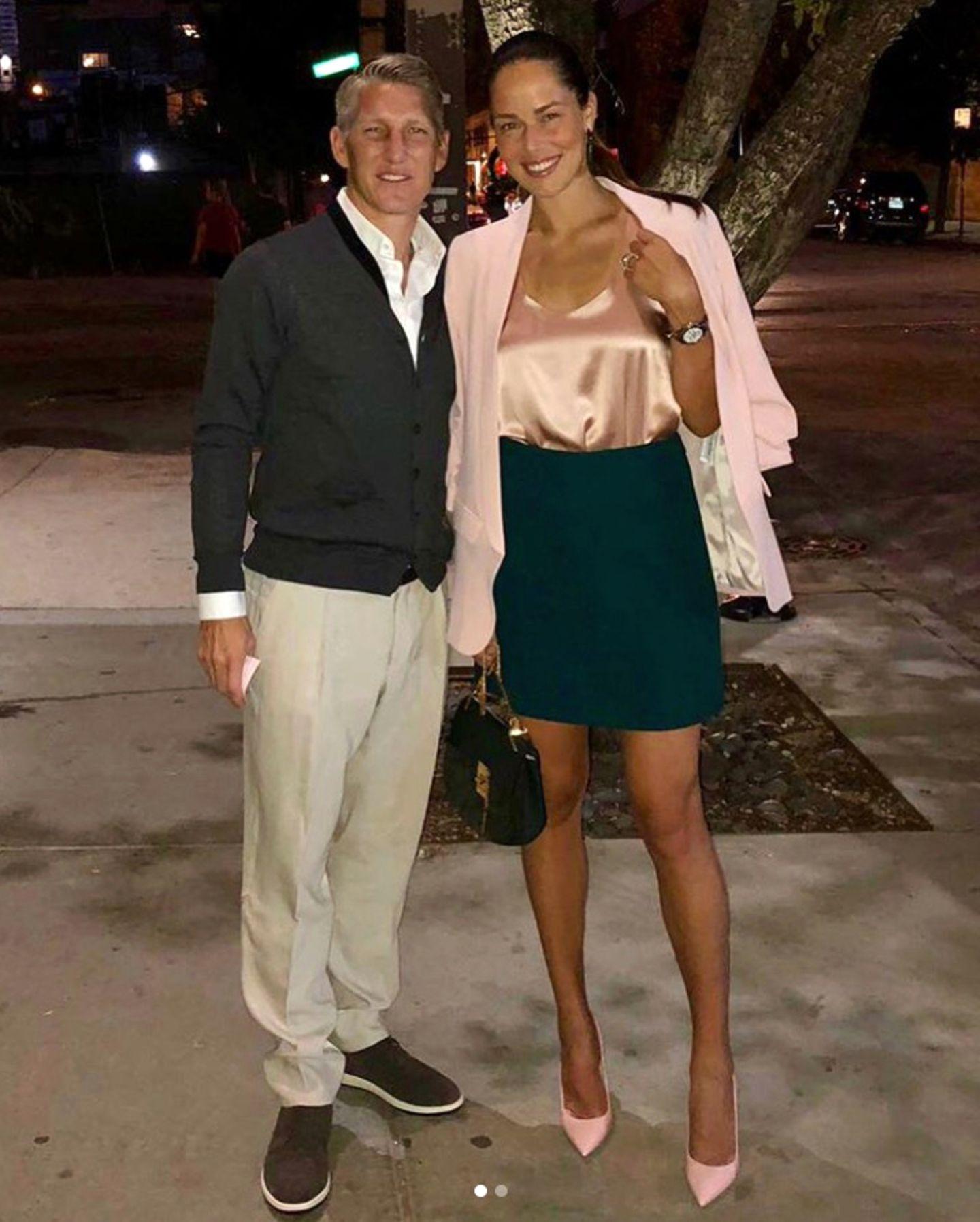 Zur Date Night mit ihrem Ehemann, Bastian Schweinsteiger, hat Ana Ivanovic dieses sexy Outfit ausgewählt. Ihm gefällt es ganz offensichtlich.
