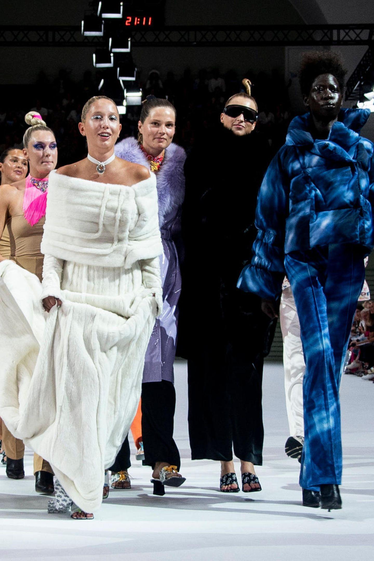 Unter den Models der Kopenhagen Fashion Week entdeckt man im August 2018 die bezaubernde Prinzessin Maria Olympia. In einem weißen Kleid sticht sie wunderschön hervor und wirkt äußerst grazil.