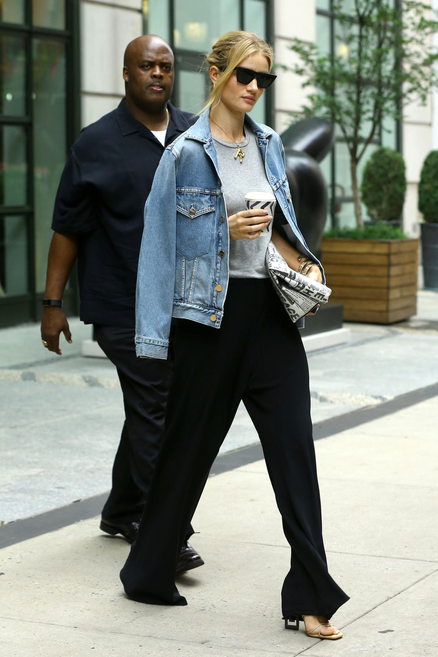 Kurz zuvor war sie noch in einem deutlich legereren Outfit unterwegs: Eine lässige schwarze Hose, ein graues Shirt und eine coole Jeansjacke, die sie sich übergeworfen hat, geben ein stimmiges Bild ab.