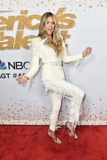 """Howdy! In einem weißen Hosenanzug im Cowgirl-Look von Designer Zuhair Murad tanzt Heidi Klum gut gelaunt über den Red Carpetder """"America's Got Talent""""-Live-Show in Hollywood."""