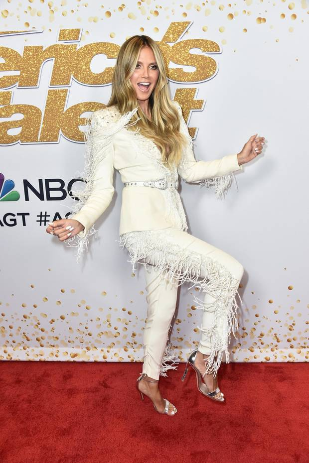 "Howdy! In einem weißen Hosenanzug im Cowgirl-Look von Designer Zuhair Murad tanzt Heidi Klum gut gelaunt über den Red Carpet der ""America's Got Talent""-Live-Show in Hollywood."