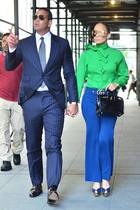 Beim Anblick von Jennifer Lopez' luxuriösem Streetstyle staunen wir nicht schlecht. Ihre grün leuchtende Schluppenbluse von Gucci (890 Euro) kombiniert sie zu einer blauen Hose (890 Euro) im 70ies-Style, die ebenfalls ein Modell des italienischen Kult-Labels ist. Abgerundet wird der Look durch ihreHermès Birkin Bag aus dekadentemKrokoleder. Die Preise für die kultige Handtasche des französischen Modehauses starten bei 5.000 Euro - je nach Material und Größe. Demnach wird J.Lo ihre übrigen Accessoires vermutlich auch nicht beim Discounter geshoppt haben ...