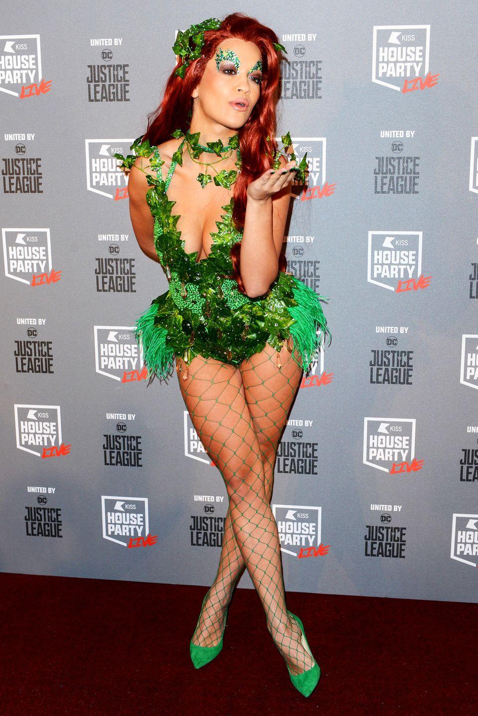 Die Sängerin Rita Ora war mit ihrem Körper nicht immer zufrieden. Heute hat sie ihre Selbstzweifel hinter sich gelassen und ist stolz auf86-63-89 Maße. Die hübsche Britin misst eine Körpergröße von 1,66 Meter.