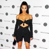 In Sachen Körperkult macht It-Girl Kim Kardashian niemandemetwas vor. Die 37-Jährige ist Profi in Sachen Beauty-Tricks. Ob sie bereits an der ein oder anderen Stelle operativ hat nachhelfenlassen, verrät sie bis heute niemandem. Die 1,59 Meter große Kim soll folgende Maße besitzen:86-66-101.