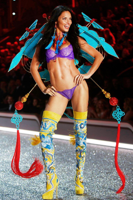Wow! Adriana Limas Body ist ein Ausdruck von Disziplin und harten Workouts. Insbesondere mit Box-Einheiten hält sich die 37-Jährige in Form. Mit einer Körpergröße von 1,78 Meter soll AdrianaTraum-Proportionenvon86-61-90 besitzen.