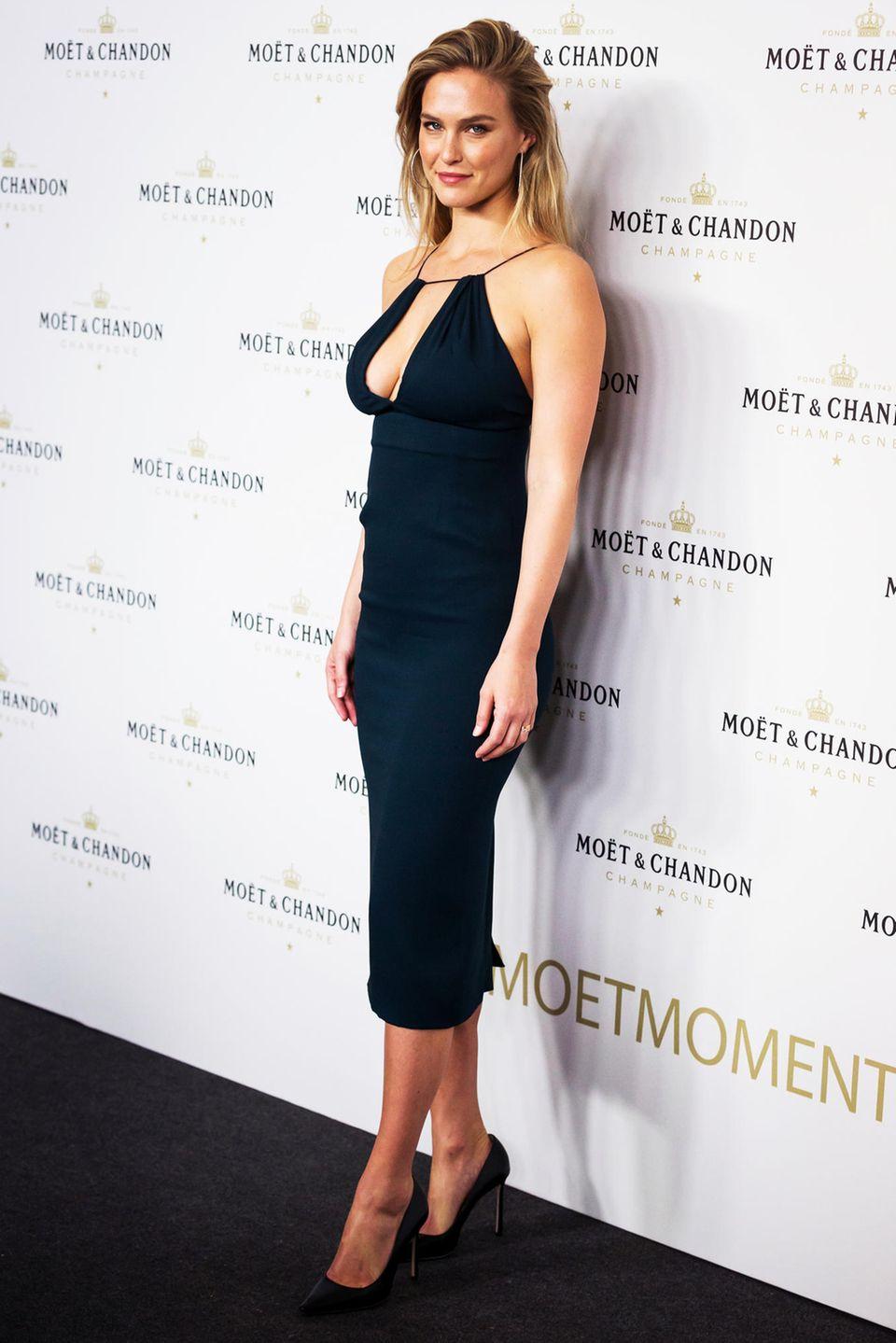 Uns wundert es nicht, dass Topmodel Bar Refaeli insbesondere wegen ihres tollen Körpers, fürDessousmarken wie Victoria's Secret oder Passionata gebucht wird. Das israelische Model soll bei einer Größe von 1,74 Meter Maße von86,5–61–89 mitbringen.