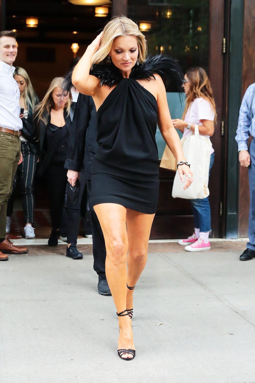 Kate Moss zählt nicht nur zu den Musen Karl Lagerfelds, in der Modebranche ist sie auch bis heute ein viel gebuchtes Model. Und das obwohl die Britin nur gerade mal Model-untypische 1,70 Meter groß ist. Mit schlanken Maßen von85-66-90 macht Kateaber dennoch eine super Figur auf den Catwalks dieser Welt.