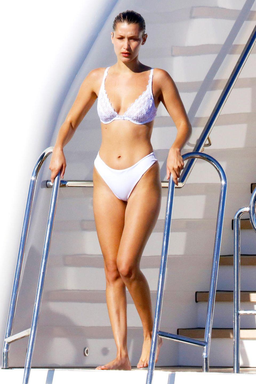 Das Model Bella Hadid hat es geschafft: Seit kurzem ist siein die Liga derVictoria's Secret Models aufgestiegen und darf die begehrten Flügel sowie heiße Unterwäsche präsentieren. Das1,75 Meter große Model macht nicht nur mehrmals die Woche, nein, sogar mehrmals täglich Sport und trainiert ihren heißen Körper. Ihre Körpermaße sollen sich auf87-64-89 belaufen.