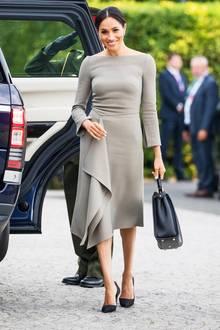 Meghan Markle beweist bereits in ihren jungen Monaten als Herzogin eintolles Gespür für Mode und Stil. Figurbetonte Kleider und eng geschnittene Hosenanzüge in Kombination mit den richtigen Accessoires - so sieht man die gebürtige US-Amerikanerin häufig auf royalen Auftritten. Mit ihren 1,70 Meter und einem Gewicht von etwa 60 Kilo kann die Herzogin auch so gut wie alles tragen.