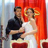 9. März 2012: Folge 1389   Die Hochzeitsfeier von Axel und Jenny endet in einem Skandal, als Marco (Salvatore Greco) und Jenny (Kaja Schmidt-Tychsen) in flagranti vor versammelter Mannschaft erwischt werden.