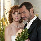 24. Mai 2011: Folge 1187  Claudia (Heike Trinker) steht mit Richard (Silvan-Pierre Leirich) vor dem Traualtar und wähnt sich am Ziel ihrer Träume ...