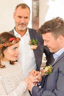 6. Juli 2018: Folge 2972   Ekaterina (Roni Zorina) und Ben (Jörg Rohde) geben sich im Beisein von Richard (Silvan-Pierre Leirich) und dem Rest der Familie glücklich das Ja-Wort.