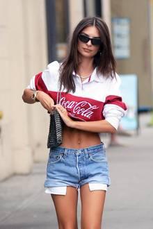 Die hübsche 27-Jährige zeigt in einem Coca Cola Crop-Shirt ihren trainierten Bauch. Dazu kombiniert sie eine knappe Jeans-Short.