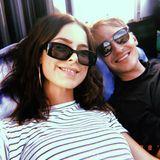 Süßes Pärchen-Selfie: Sängerin Lena Meyer-Landrut teilt diesen seltenen Schnappschuss mit ihrem Freund Max auf Instagram. Das stylische Paar verbringt einen sonnigen Sonntag mit Freunden und setzt dabei auf coole Sonnenbrillen.