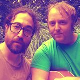 """Dieses Selfie hat innerhalb kürzester Zeit schon fast 50.000 Likes auf Instagram gesammelt. Um wen es sich bei diesen zwei Männern handelt, ist ziemlich offensichtlich. Denn Sean Lennon und James McCartney sind ihren berühmten """"Beatles""""-Vätern John Lennon und Paul McCartney wie aus dem Gesicht geschnitten."""