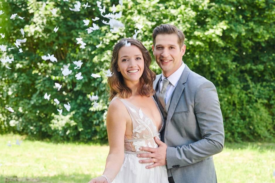 Alles Was Zählt Jenny Steinkamp Trägt Freizügiges Brautkleid Galade
