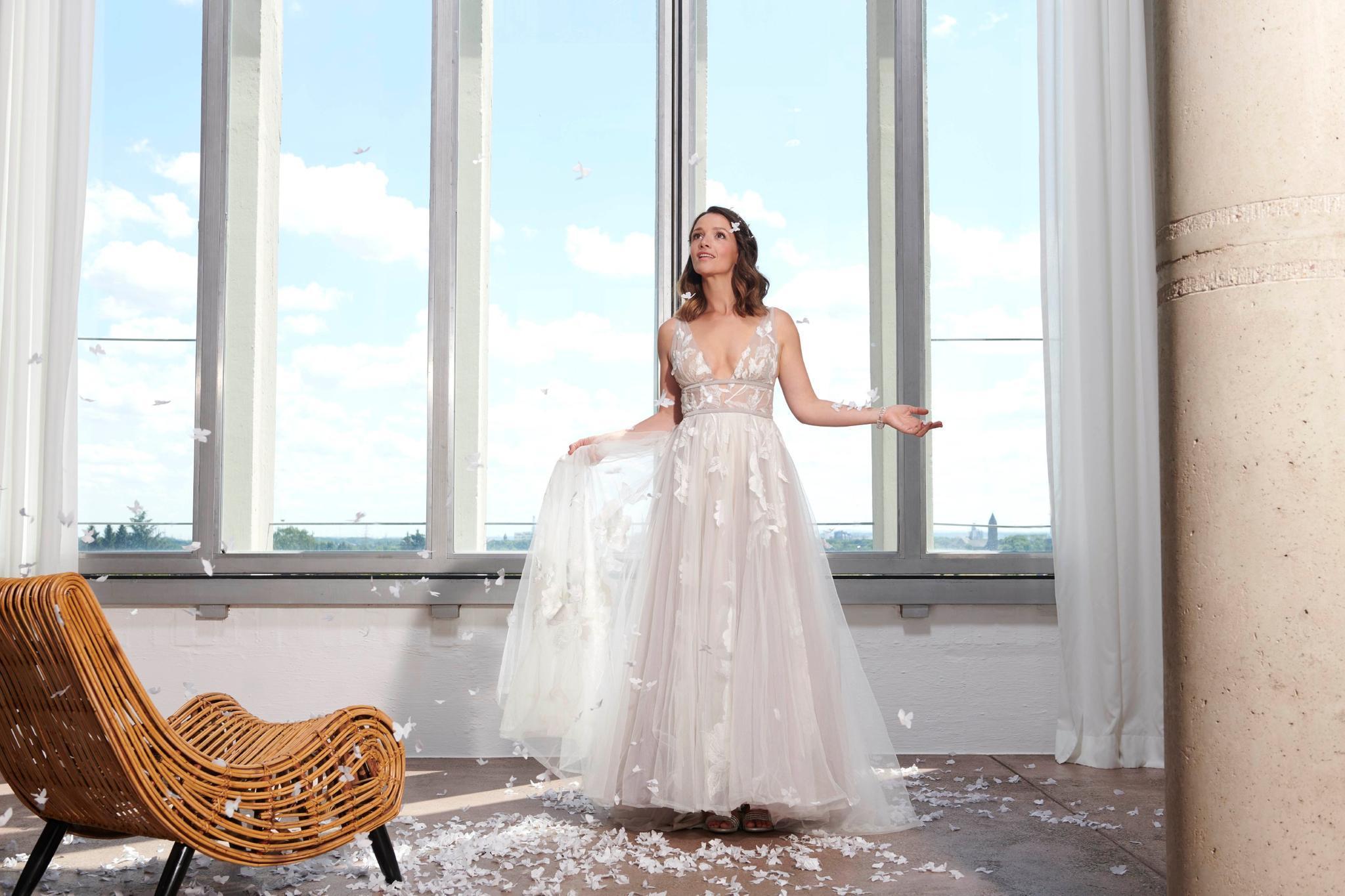 Alles Was Zählt: Jenny Steinkamp trägt freizügiges Brautkleid | GALA.de