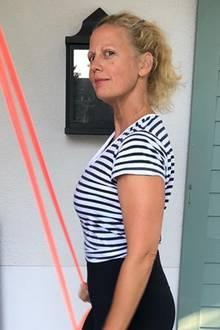 """Beruflich gesehenist Barbara Schöneberger eine echte Powerfrau: Als Moderatorin, Schauspielerin, Sängerin und Redaktionsmitglied der Zeitschrift """"Barbara"""" hat die 1,73 Meter große Blondine fast immer einen vollen Terminkalender. Doch seit einiger Zeit entdeckt die gebürtige Müncherin auch ihre sportliche Seite und trainiert im hauseigenem Gym mit Tube und Yogamatte. Auf Instagram zeigt sie nunersteErgebnisse ihres Workouts und wir stellen fest: Frau Schöneberger ist schlanker denn je!"""
