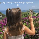 """""""Meine ganz eigene Baby Spice"""", schreibt Victoria Beckham zu diesem Foto ihrer Tochter. Auch der siebenjährigen Harper stehen die Zöpfe super - vielleicht kopiert sie ja als nächstes den Look von """"Posh Spice"""", ihrer Mutter."""
