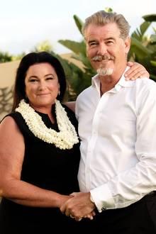 Küssen, umarmen, Händchen halten: Pierce Brosnan und seine Frau Keely zeigen ihre Liebe in vielen kleinen Gesten.