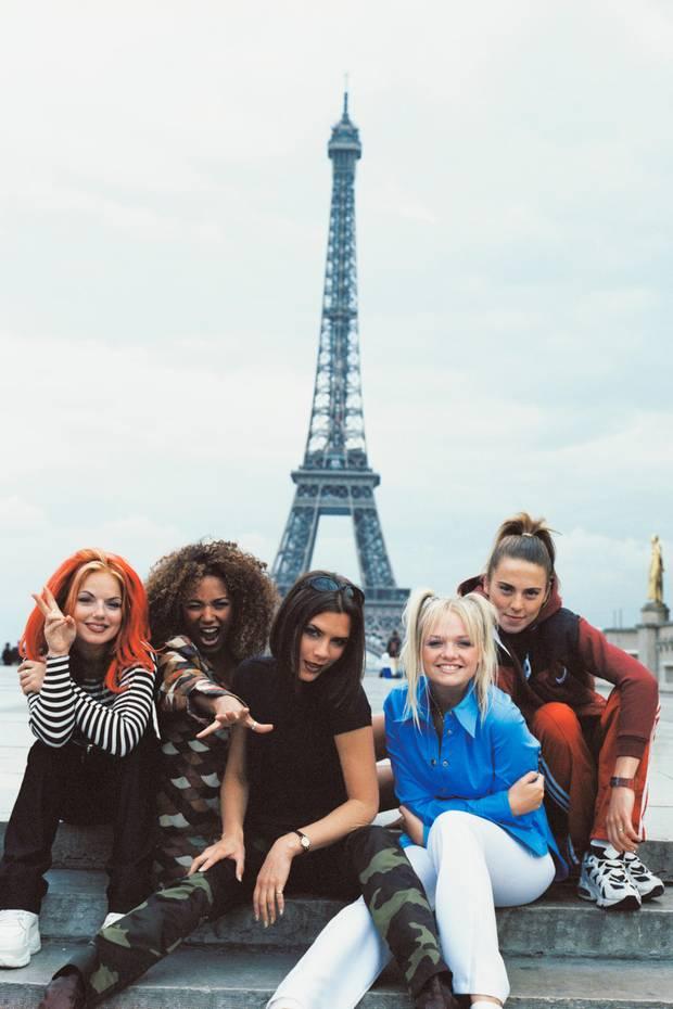 """Victorias ehemalige Bandkollegin Emma Bunton (2. v.r.) alias """"Baby Spice"""" hat die zwei Zöpfchen während ihrer Zeit bei den """"Spice Girls"""" zu ihrem Markenzeichen gemacht. Auch Harper scheint sich zu einem echten Fan zu entwickeln - wer wohl ihr Lieblings-Spice-Girl ist?"""