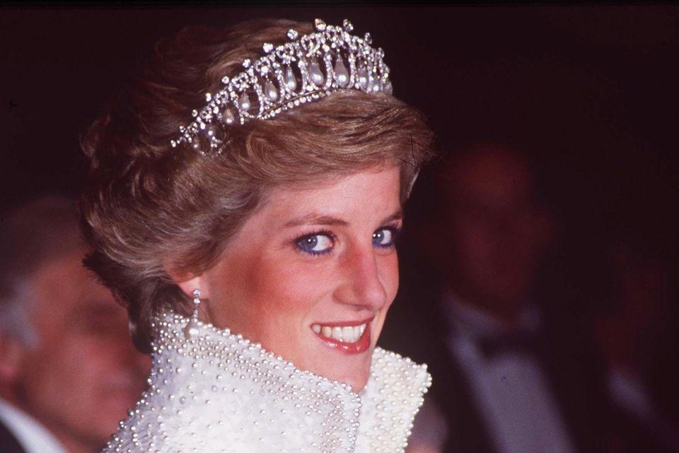 Lady Diana mit blauem Eyleiner. Laut ihrer ehemaligen StylistinMary Greenwell ein absolutes Beauty-Fauxpas.