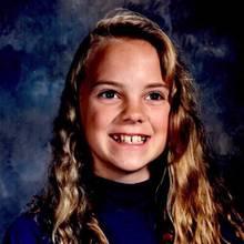 Anna Faris  Auch wenn ihre Eltern ihr in dieser Zeit eine Zahnspange verpassen möchten, tut das dem breiten Grinsen auf dem Schulfoto der 8. Klasse von Anna Faris keinen Abbruch.