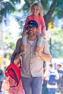 In New York ist Ryan Reynolds mit Tochter James unterwegs. Lässig hat der coole Star-Daddy seine Kleine auf den Schultern und trägt auch noch ihren Rucksack. Ein Anblick zum Dahinschmelzen.