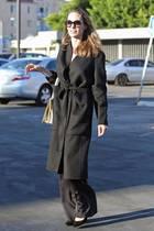 Bei sonnigen 30 Grad flaniert Hollywoodstar Angelina Jolie in einem schwarzen Wollmantel durch Los Feliz, einem Stadtteil von Los Angeles. Was hat der Hollywoodstar bloß zu verstecken? Auffällig ist auf jeden Fall ihr leider wieder sehr schmale Figur, die trotz Mantel direkt in Auge fällt.