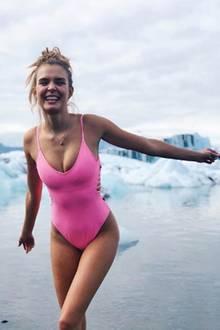 """Wer bei Bikinis nur an Sonne, Strand und Meer denkt, liegt falsch: """"Victoria's Secret""""-Engel Josephine Skriver zeigt, dass es auch anders geht und bringt in ihrem pinken Einteiler die Gletscher Islands zum Schmilzen."""