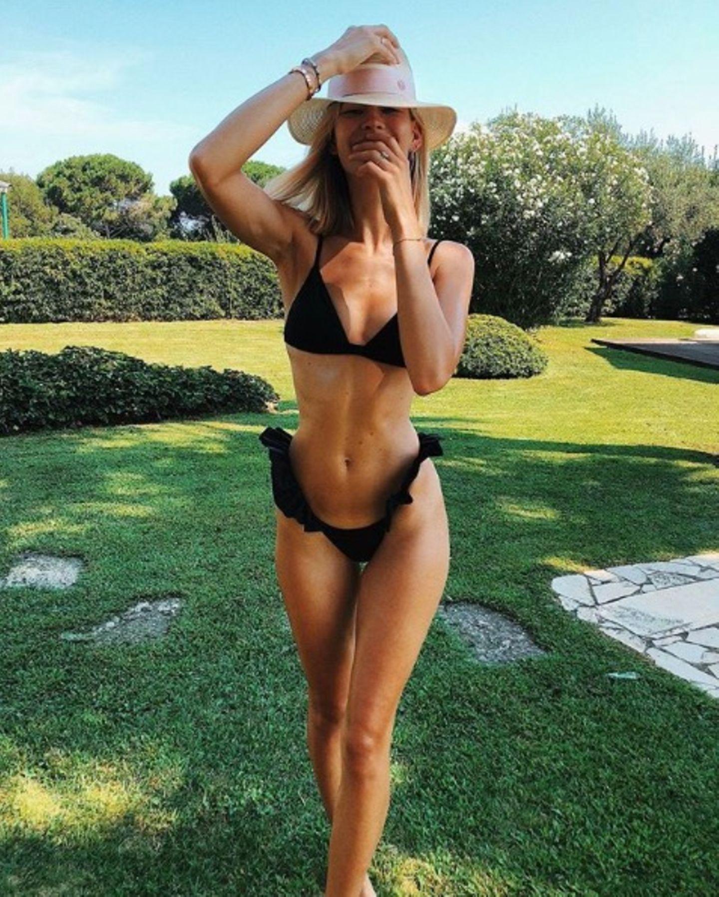 """Mandy Bork zeigt sich in einem Bikini aus der Feder ihrer guten Freundin Ann-Kathrin Götze. Der schwarze Zweiteiler mit Rüschen ist von """"Vida Swim"""" und setzt den trainierten Body des Models perfekt in Szene."""
