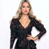 """""""Kiss Kiss, Bang Bang"""" schreibt Moderatorin Sylvie Meis zu diesem Outfit-Posting auf Instagram. Bei diesem Dekolléte können wir uns kaum auf das Kleid konzentrieren."""
