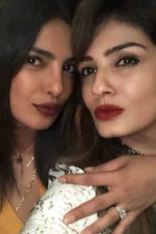Bestätigt dieses Selfie die Verlobung von Herzogin Meghans enger Freundin Priyanka Chopra? Die 36-jährige Schauspielerin soll mit Nick Jonas verlobt sein. Auf diesem Foto mit Raveena Tandon ist der hübsche Ring an ihrem Finger nicht zu übersehen. Wird Meghan also schon bald auf ihrer Hochzeit tanzen?
