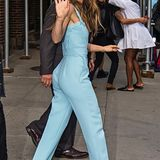 """Später auf dem Weg zum """"The Sinner""""-Screening in New York trägt Jessica Bieleinen coolen Jumpsuit in Babyblau von Elie Saab."""