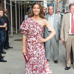 """Kalte Schulter? Von wegen! Schauspielerin Jessica Biel ist bei der Ankunft bei """"The Late Show withStephen Colbert"""" in New York bestens gelaunt in einem rot-weißen Kleid mit Floralprint der Designerin Johanna Ortiz. Die """"The Sinner""""-Darstellerin promotet aktuell die zweite Staffel der Netflix-Erfolgsserie und kann sich über eine Emmy-Nominierung freuen."""